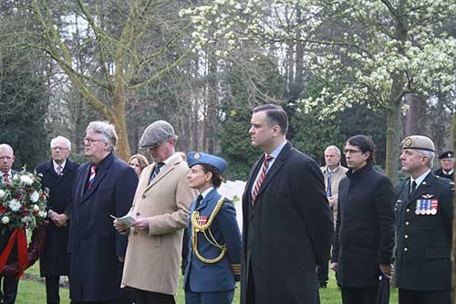 Canadase minister Moore bezocht Canadese begraafplaats