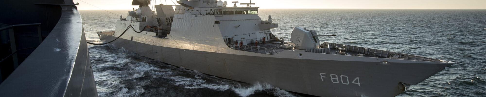 Noordzee, aan boord van Zr.Ms.Karel Doorman, 25 mei 2017. RAS / BOZ  (Olieladen en zware lasten) met Zr Ms Van Speijk en Zr Ms De Ruyter.  Foto: Zr.Ms.De Ruyter op zee nabij Southampton.